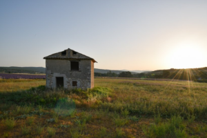 Maison en pierre au levé du soleil sur la campagne provençale