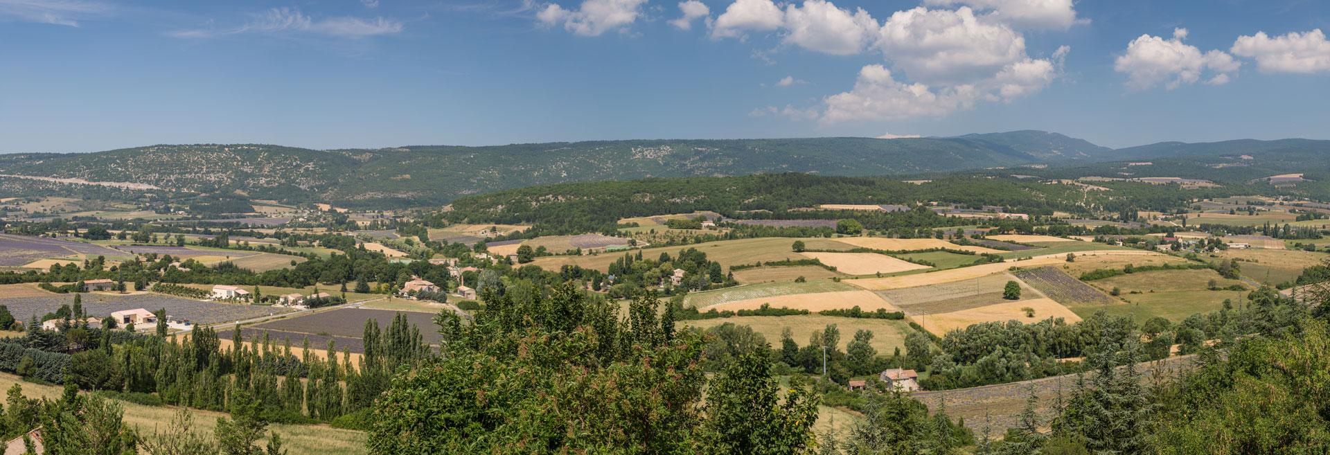 panorama de la campagne vue du village perché de Simiane La Rotonde en Haute Provence