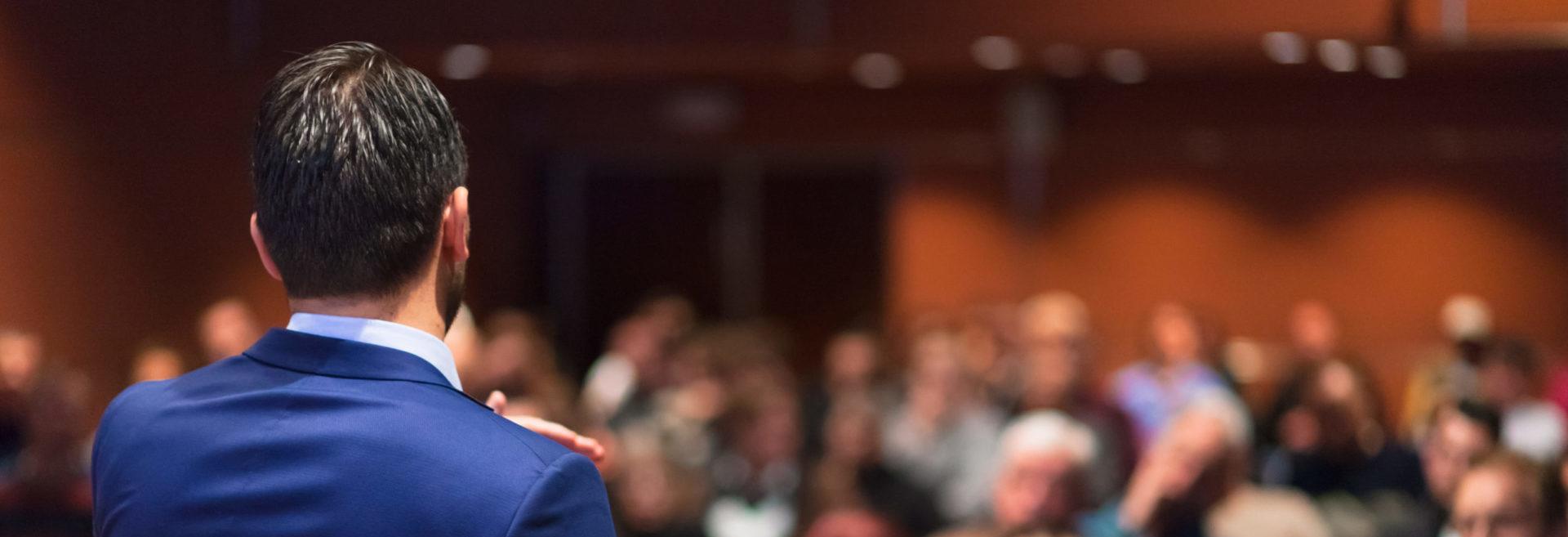 Conférencier sur scène pendant une convention d'entreprise au Domaine Cassan 04
