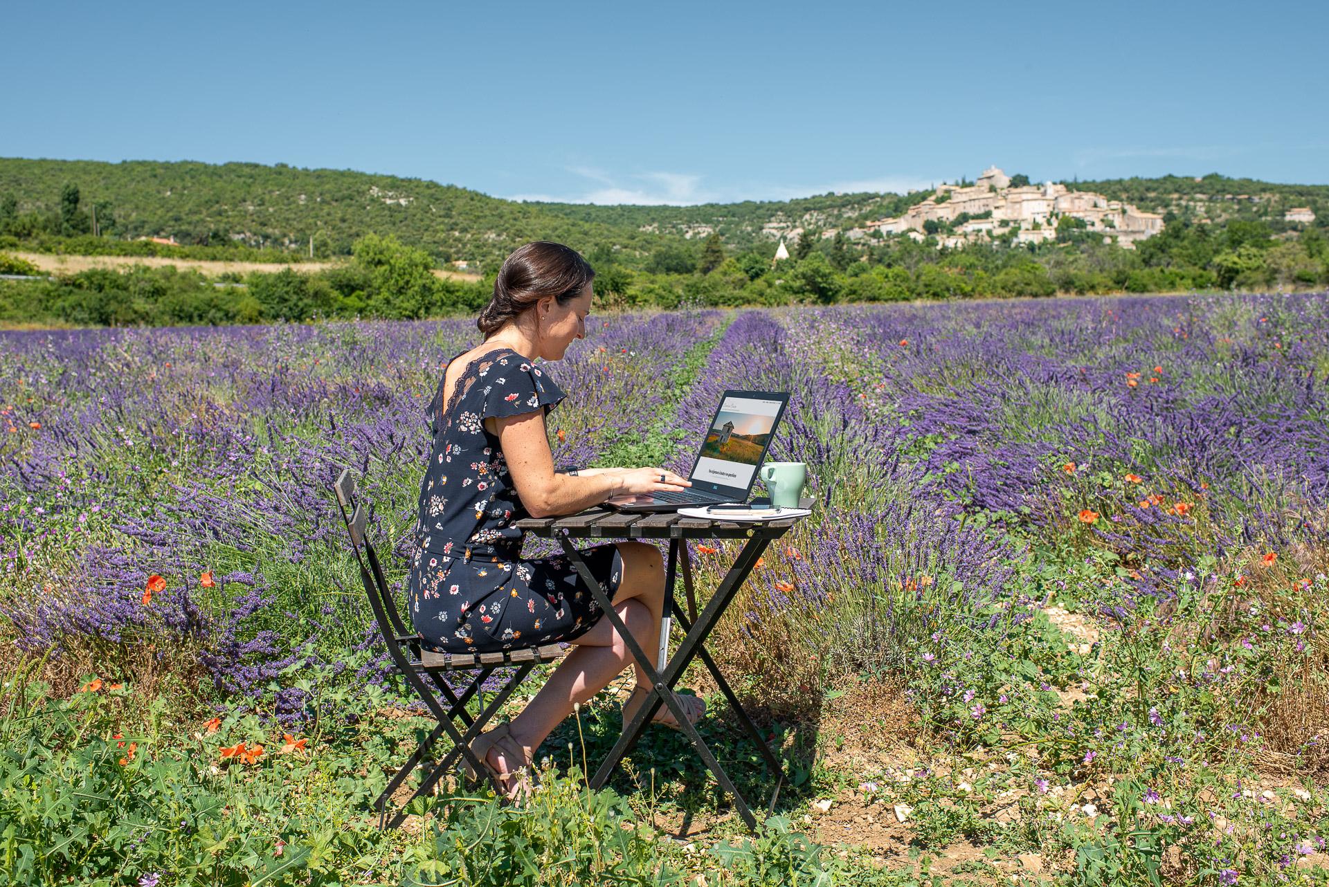 Laurence Izgi bureau dans le champs de lavande Simiane-la-Rotonde 04