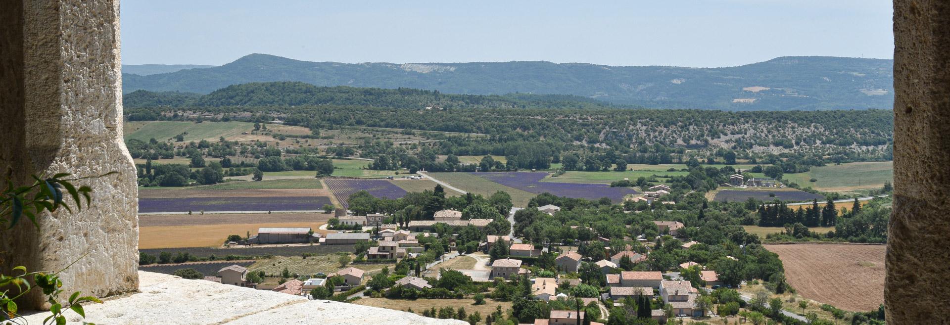 campagne vue du village de Simiane 04 dans les Alpes de Hautes Provences